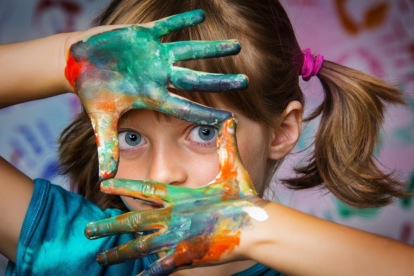 Les ateliers et les activités - Enfant peint avec les mains - École Expérimentale de Bonneuil